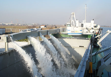 Motor dredger Jarif, beginning of the loading phase