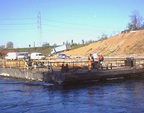 Pontoon driven by hydraulic winches<br><br>